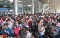 Người đi và người đón đông nghịt sân bay Tân Sơn Nhất ngày cận Tết