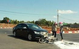 Xe máy bốc cháy dữ dội vì bị ô tô con kéo lê một đoạn dài