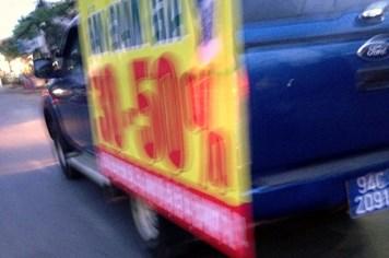 Lấy xe biển xanh chạy loanh quanh quảng cáo hàng Trung Quốc