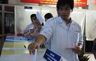Bác sĩ tranh thủ đi bỏ phiếu trước ca trực