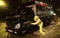 Quảng Bình: Giải cứu người dân giữa đêm mưa lũ