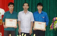 Hà Tĩnh: Khen thưởng 2 công dân cứu học sinh bị lũ cuốn