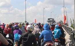 Hàng ngàn xe kẹt cứng nằm chờ mua vé qua cầu Rạch Miễu