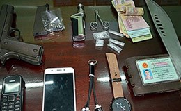 Cảnh sát phát hiện 2 thanh niên mang súng, ma túy đi trên đường