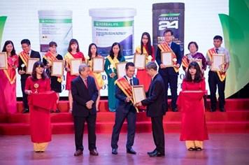 """Herbalife Việt Nam nhận giải thưởng """"Sản phẩm vàng vì sức khỏe cộng đồng năm 2017"""""""
