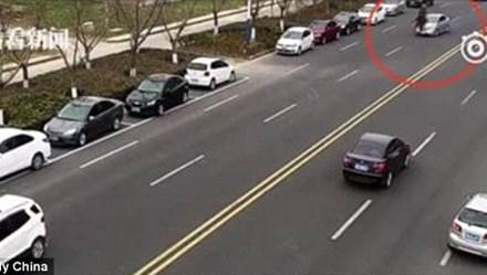 Cái kết đắng cho thanh niên phi ngựa trên đường tấp nập xe