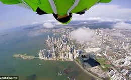 Thót tim cảnh 2 người đàn ông bay lượn trên các tòa nhà chọc trời
