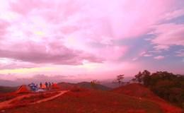 Mây vờn lưng núi lúc bình minh ở Tà Năng – Phan Dũng