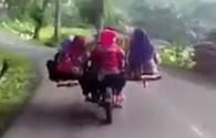 Du khách choáng với cảnh xe máy chở 8 chạy như bay