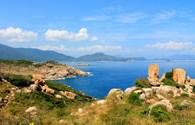 Vẫy vùng sóng biển xanh ngắt nơi đảo Bình Hưng