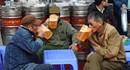 Lang thang uống bia vỉa hè