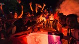 Pháp vào chung kết EURO, pháo sáng nhuộm đỏ thành Paris