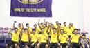 Bầu Tú dẫn ĐT futsal Việt Nam cổ vũ cho đội bóng rổ HCMC Wings