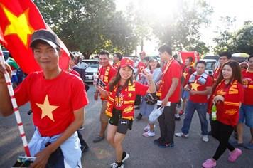 Chùm ảnh: Khán giả Việt Nam sẵn sàng tiếp sức cho thầy trò Hữu Thắng
