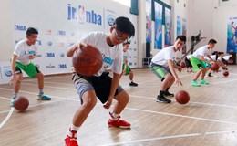 """NBA """"truyền đạo... bóng rổ"""" cho trẻ em Việt Nam"""
