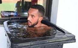 Đến Trung Quốc, Walcott phải tắm trong... thùng rác