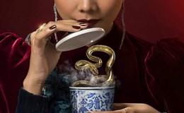 """""""Mẹ chồng"""" Thanh Hằng uống tách trà chứa rắn độc"""