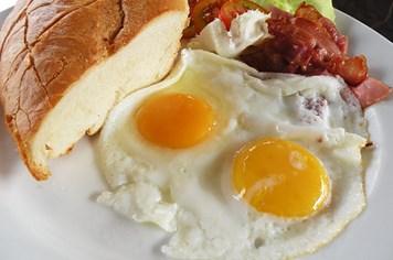 Vừa ốm dậy không nên ăn trứng gà chưa chín