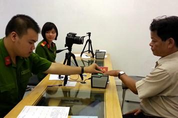 Hà Nội bắt đầu cấp thẻ CMND mới ghi tên cha mẹ
