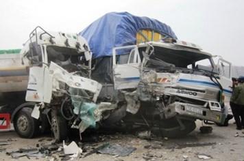 Xe chở xăng dầu đấu đầu xe tải, 4 người bị trọng thương