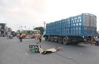Dừng chờ đèn đỏ, 1 thanh niên bị xe tải tông chết