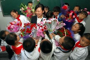 Ngày 20.11: Chẳng lẽ thay hoa bằng quà hay phong bì?