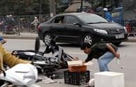 Xe máy va xe khách, xe bồn cán qua hai vợ chồng