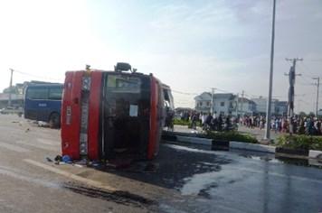 Nhiều công nhân la hét trong xe khách bị tông