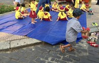 Bài học hình thành nhân cách cho trẻ từ cậu bé lượm ve chai xếp giày cho bạn