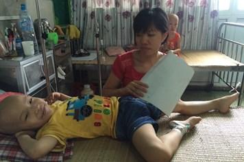 UT8: Hai năm chưa về nhà vì con trai mắc bệnh u não