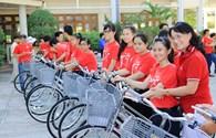 Prudential Việt Nam tặng xe đạp và máy vi tính đến học sinh, sinh viên Nha Trang