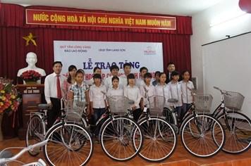Prudential Việt Nam tài trợ 107,5 triệu đồng tiếp sức trẻ em nghèo đến trường