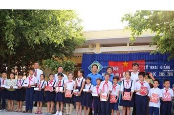 Tiếp sức học sinh nghèo tỉnh Khánh Hòa đến trường vào ngày khai giảng