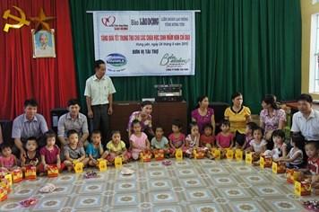 Trao 100 suất quà và 30 thùng sữa tới học sinh mầm non tỉnh Hưng Yên