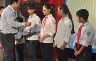 Phó Chủ tịch Tổng LĐLĐVN Nguyễn Văn Ngàng trao học bổng tới học sinh hiếu học tỉnh Bắc Ninh