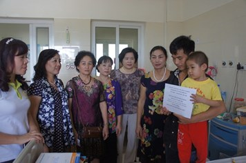 Chi Hội Phụ nữ tổ dân phố số 3 phường Tân Triều nhận bảo trợ 2 bệnh nhi dân tộc bị ung thư