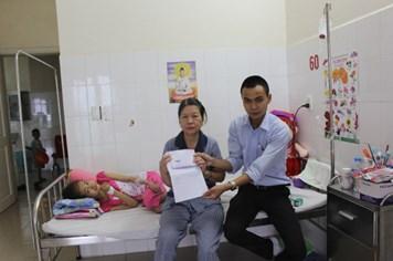 """Quỹ TLV Lao Động trao hơn 10 triệu đồng tới """"cô bé 11 tuổi mồ côi cha mẹ, mắc bệnh ung thư máu cấp tính"""""""