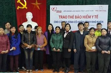 Trao thẻ bảo hiểm y tế Prudential tài trợ tới các gia đình khó khăn tại Hưng Yên và Lạng Sơn