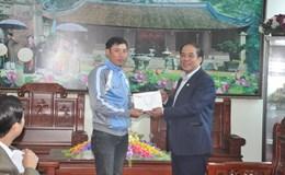 Công đoàn trao hỗ trợ tới Chủ tịch công đoàn cơ sở bị cho thôi việc trái luật ở Bắc Giang