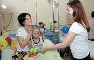 Ca sĩ Ngọc Anh đưa con gái 8 tuổi đi làm từ thiện