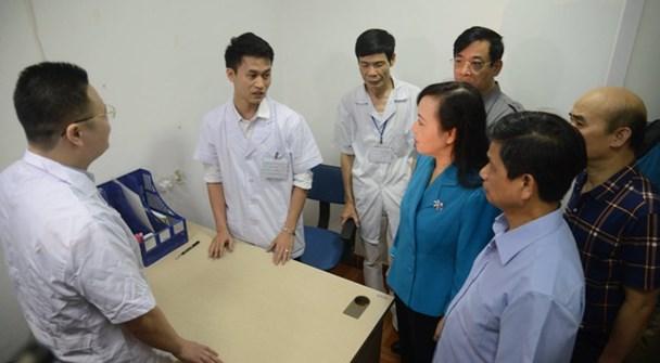 Bộ trưởng Bộ Y tế thị sát hoạt động phòng khám tư nhân. (Ảnh tư liệu)