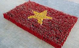 """""""Ngả mũ"""" trước hình ảnh cờ đỏ sao vàng 1.500 người xếp thành"""