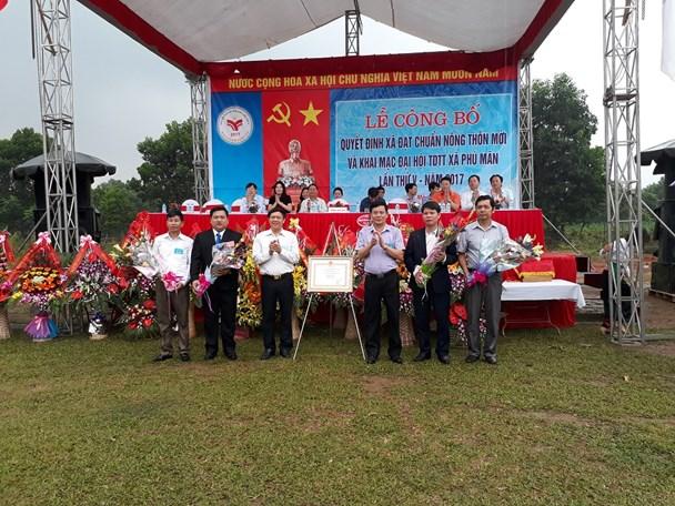 Xã Phú Mãn nhận bằng công nhận xã đạt chuẩn nông thôn mới 2016. Ảnh: H.L