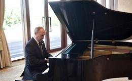 Ông Putin ngẫu hứng chơi đàn piano trong lúc chờ ông Tập Cận Bình