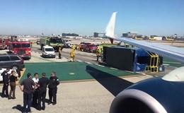 Máy bay đâm lật xe tải chở hàng, 8 người bị thương