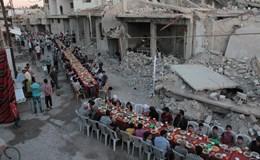 Nghẹn lòng cảnh người dân Syria tổ chức tiệc Ramadan giữa đống đổ nát