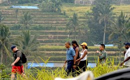 """""""Sốt"""" ảnh gia đình ông Barack Obama dạo bước trên đồng lúa Indonesia"""