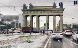 Ngỡ ngàng tuyết phủ trắng xóa đường phố St Petersburg giữa mùa hè