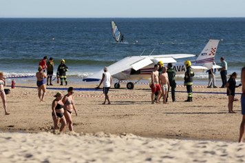 Mất mạng khi tắm nắng trên bãi biển do máy bay hạ cánh khẩn cấp