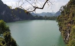 Tuyệt đẹp những hồ nước mặn trên vịnh Hạ Long